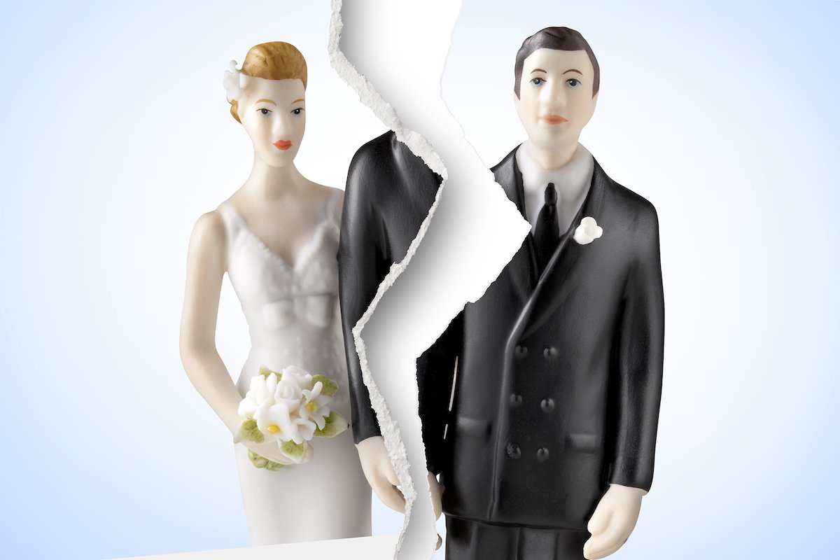 bride and groom splitting